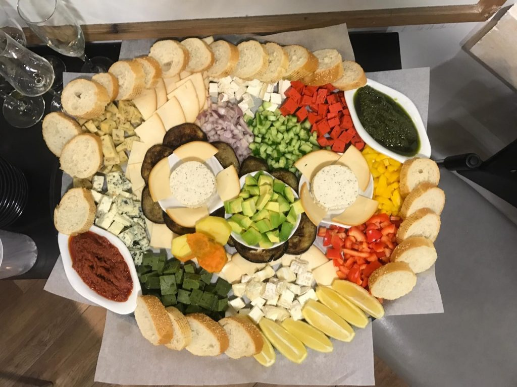 פלטת גבינות ומטבלים