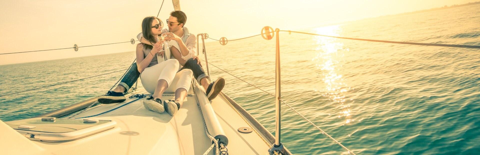 הפלגה זוגית ורומנטית בשקיעה